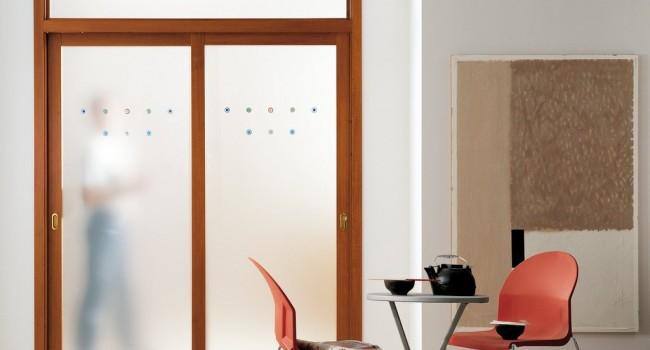 Pivot staklena vrata u drvenom ili aluminijumskom ramu
