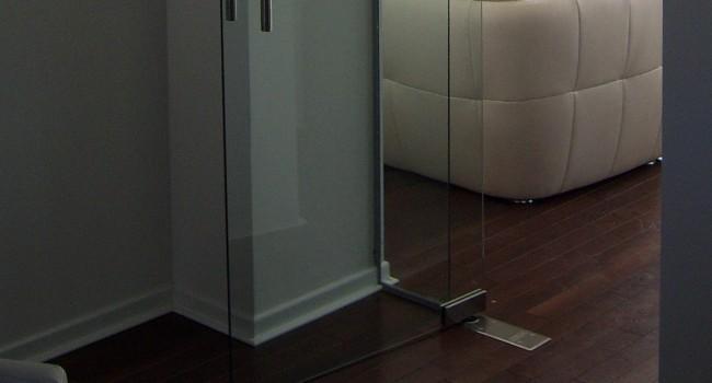 Pivot staklena vrata sa podnim mehanizmom za samozatvaranje